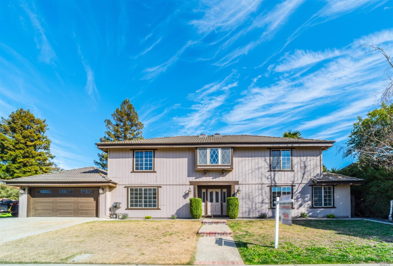 Welcome to your new home! This updated 4 bedroom/2.5 bath home will check so many boxes. Walk in to