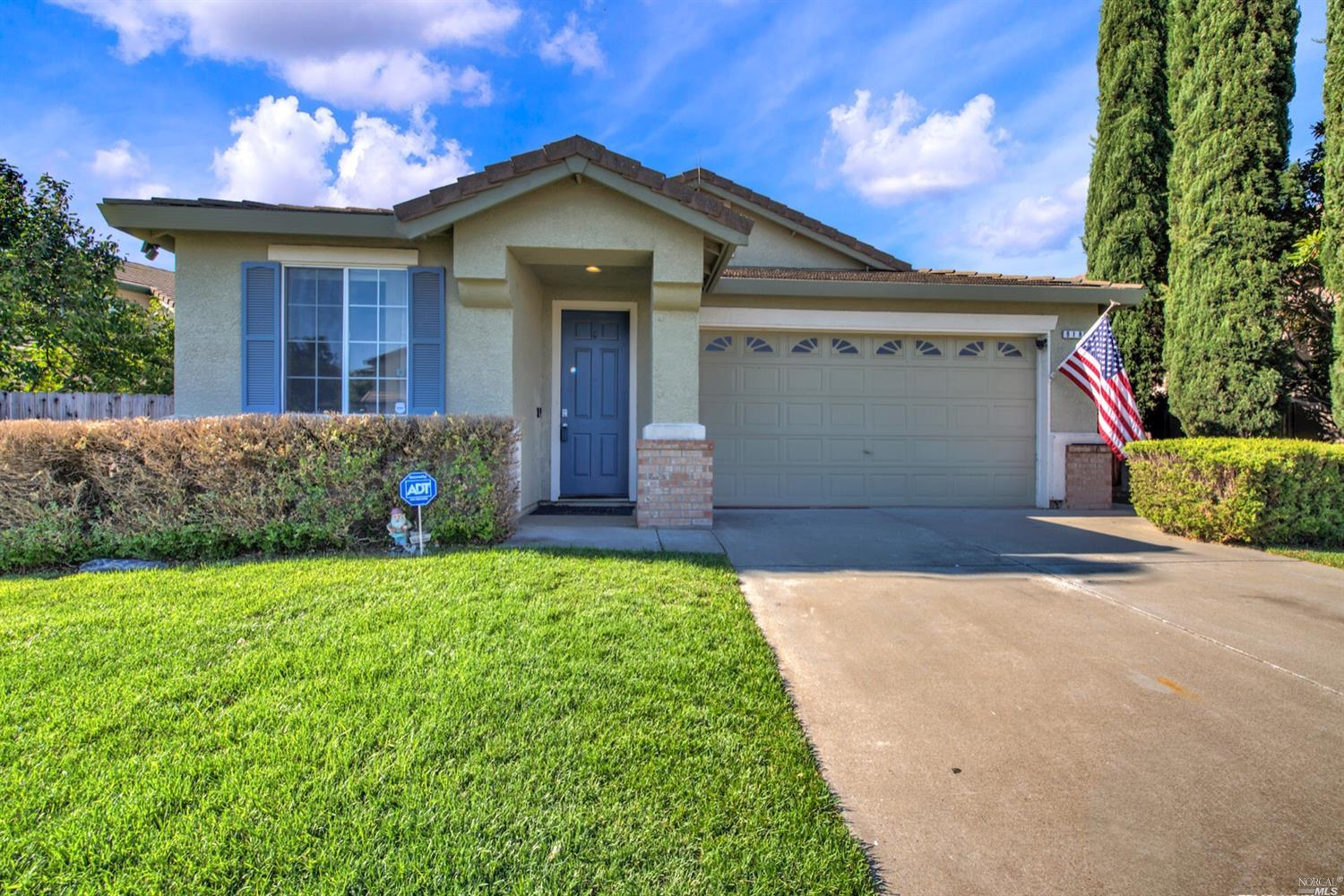 Wonderful single story with lots of privacy and and great neighborhood! This property has 3 bedrooms
