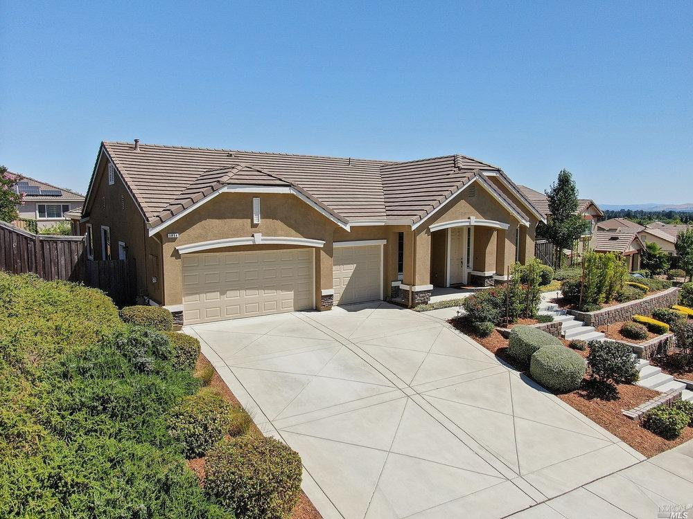 Gorgeous Single Story Paradise Crest Home in a Quiet Court Location!  This home has 4 spacious bedro