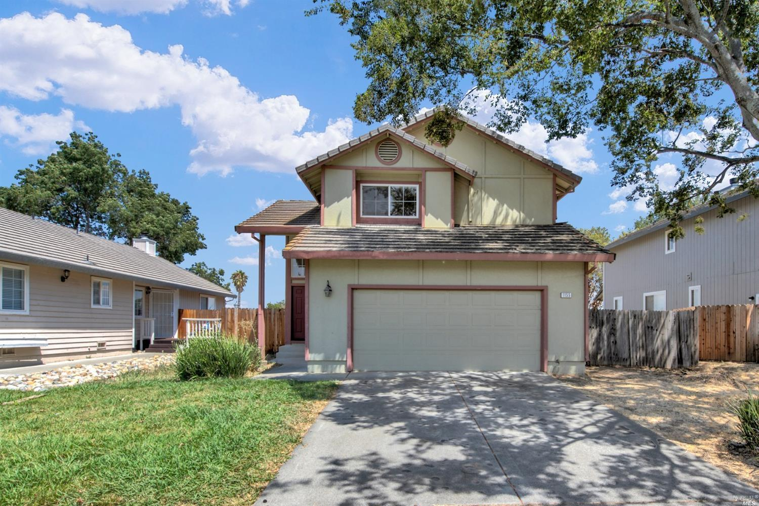 First time buyer or investor special right here! Located in a quiet court, this home boasts a large open living space with spacious eat-in kitchen, indoor laundry and large outdoor space ready for buyer to make their own. This lovely home is ready for a new buyer today! Close to shopping, schools and easy access to highway 80! Come see today!