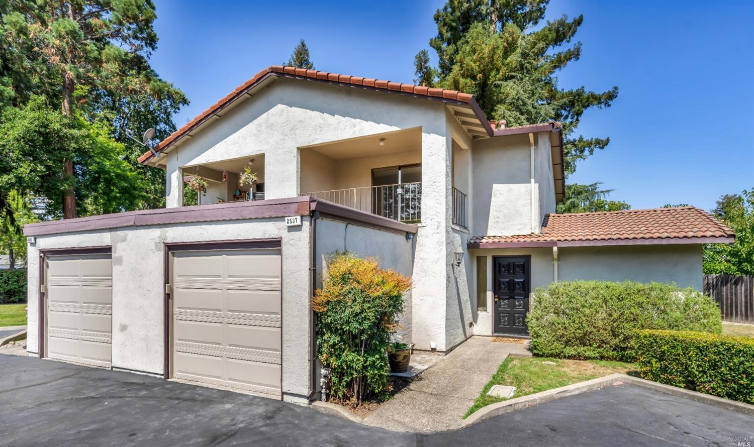 Located at the end of the cul-de-sac that makes up Solano Park, this 2+ bedroom, 2+ bathroom condomi