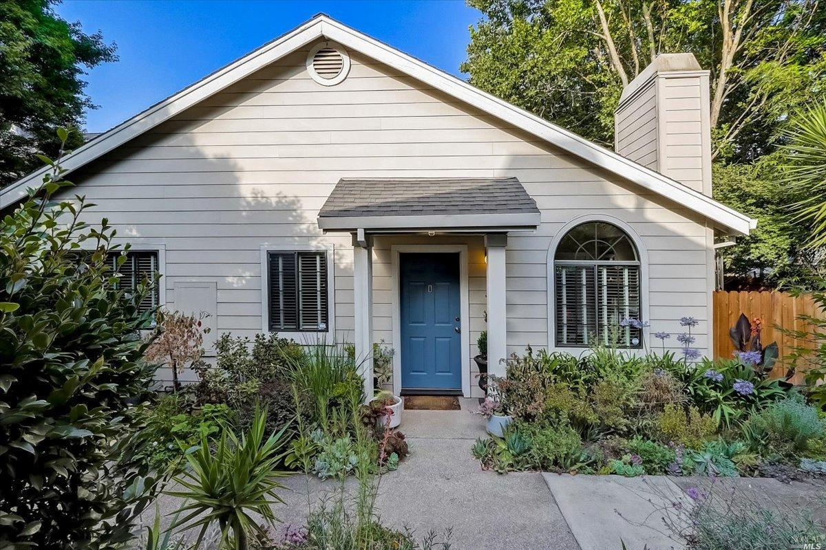 Elegant condo jewel nestled in the heart of Napa Valley.  This upgraded home has 628 sq. ft. living
