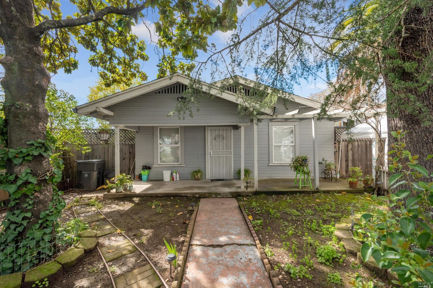 Opportunity knocks!  Sweet 2Bd/2Ba vintage home in Sonoma. Detached garage and a private backyard.  Close proximity to restaurants, shops, parks and an open air market.