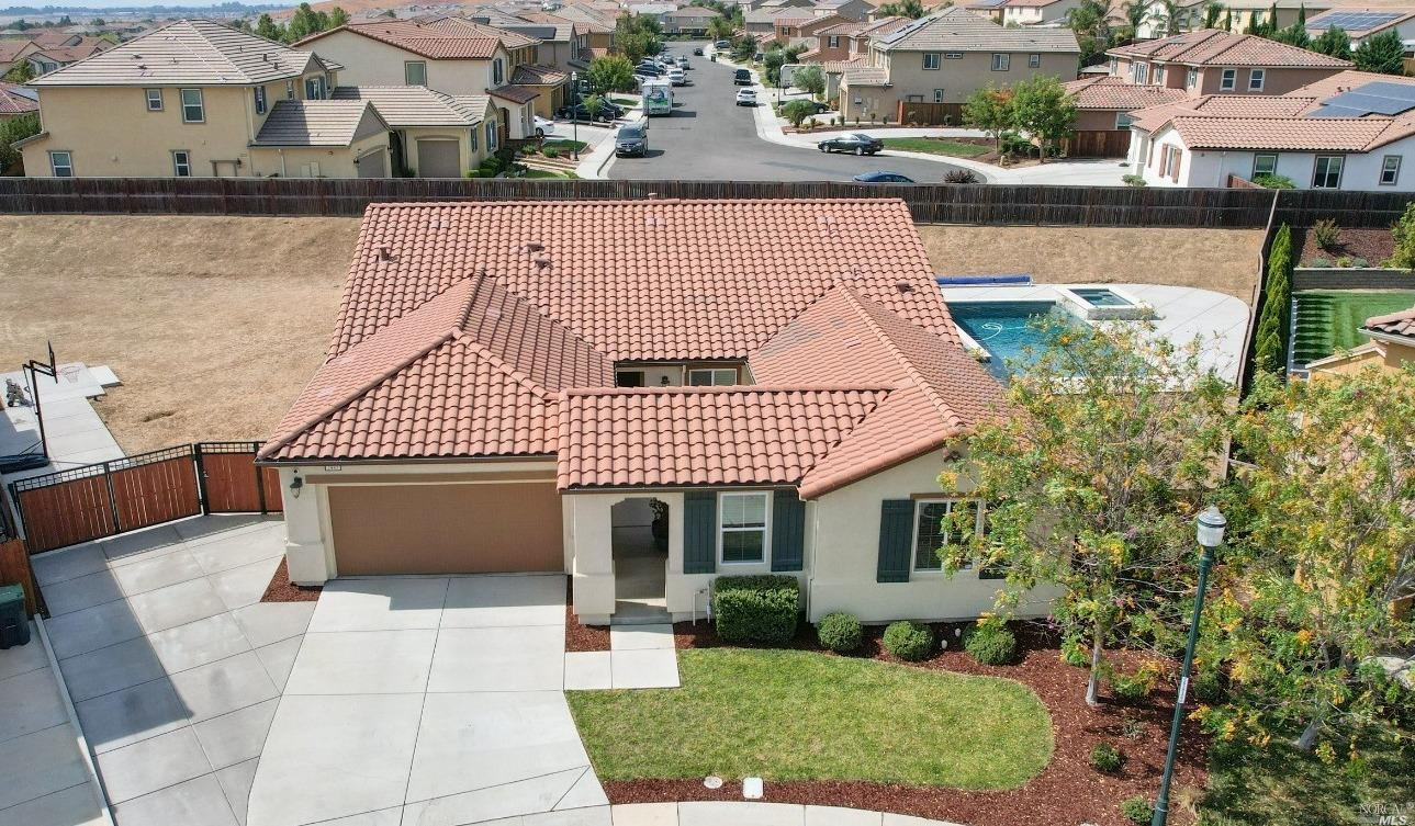 Gorgeous turnkey single story home located in Gold Ridge Community. This exceptional home offers 4 b