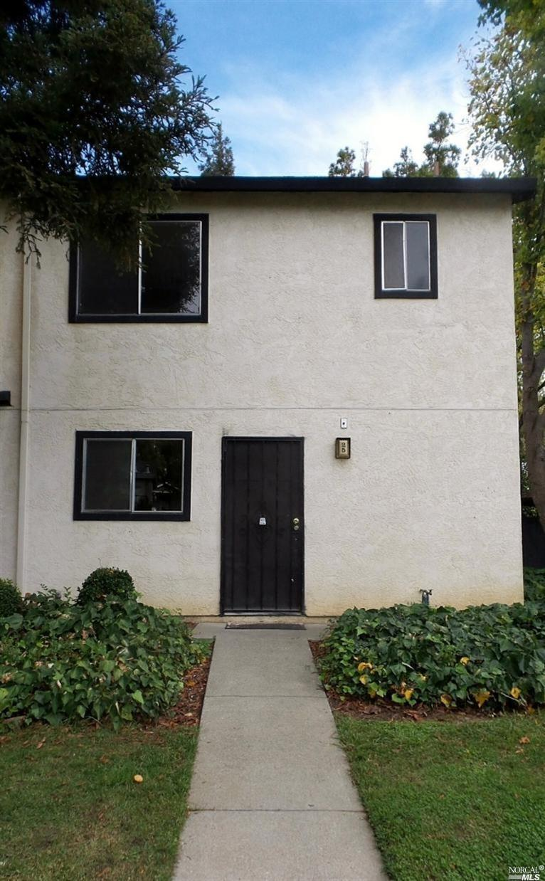 This nice end unit would be perfect for a first time home buyer or investor. Unit features a spaciou