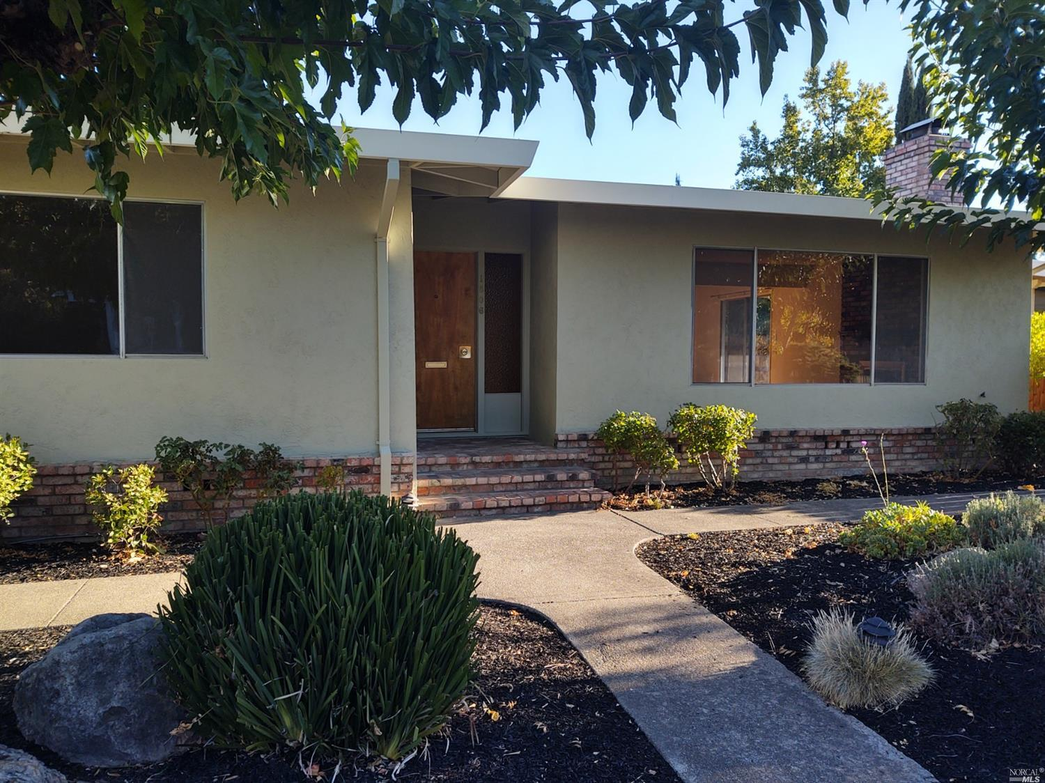 Cute cottage walking distance to downtown Calistoga. Fireplace with hardwood floors. New exterior paint. Gas range with open floorplan. Covered patio. New fencing. Newer furnace.